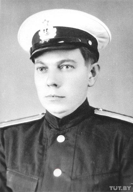 Уладзімір Караткевіч падчас знаходжання на Ціхаакіянскім флоце, 1965 год. У выніку паездкі з'явілася аповесць «Чазенія».
