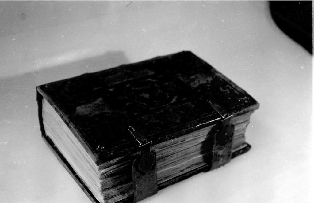 """Кнігі """"Бібліі..."""" Францыска Скарыны у пераплёце."""