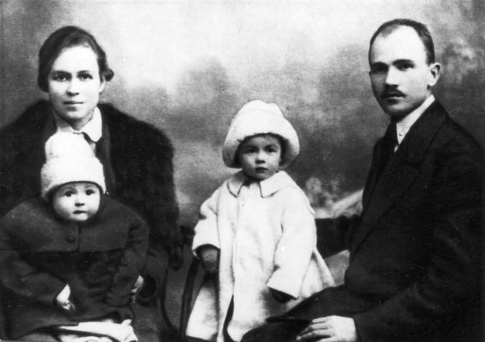 Максім Гарэцкі з жонкай Леанілай Чарняўскай-Гарэцкай і дзецьмі Леанідам і Галінай. 1923 г.