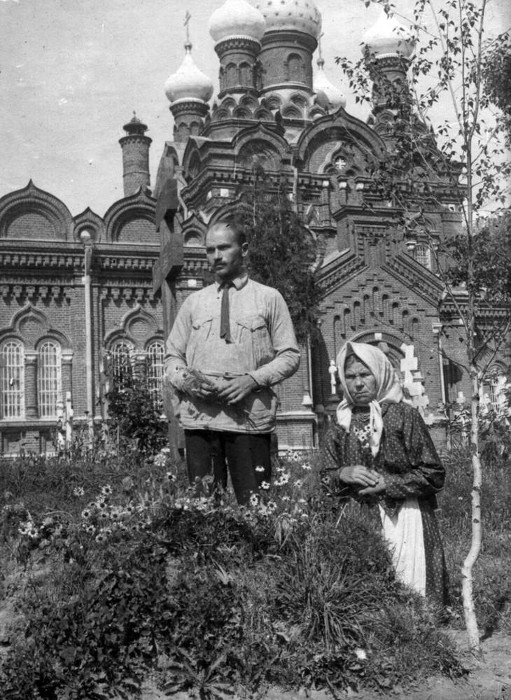 Максім Гарэцкі з маці на магіле Ганны Леаніла Чарняўская- Гарэцкай. Масква. 1924 г.