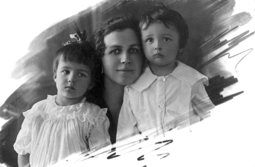 Леаніла Чарняўская- Гарэцкай. Масква. 1924 г. Гарэцкая з дзецьмі Галінай (злева) і Леанідам. 1925 г.