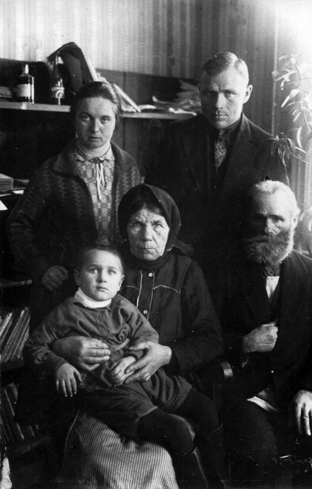 Гаўрыла і Ларыса Гарэцкія з сынам Усяславам з бацькамі братоў Гарэцкіх. Менск, красавік 1927 г.