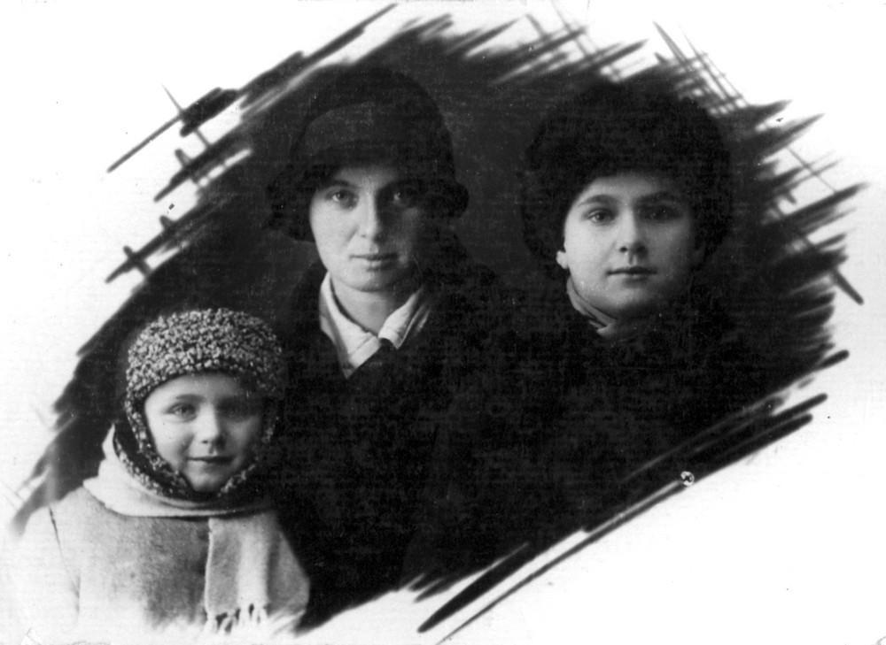 Ларыса Парфяновіч- Гарэцкая з сынамі – Усяславам і Радзімам без арыштаванага мужа. Менск, студзень 1933 г.