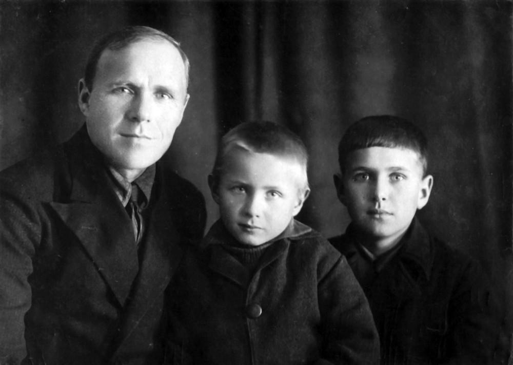 Гаўрыла Гарэцкі з сынамі Радзімам і Усяславам. Пасёлак Мурмашы Мурманскай вобл. 16 кастрычніка 1936 г.