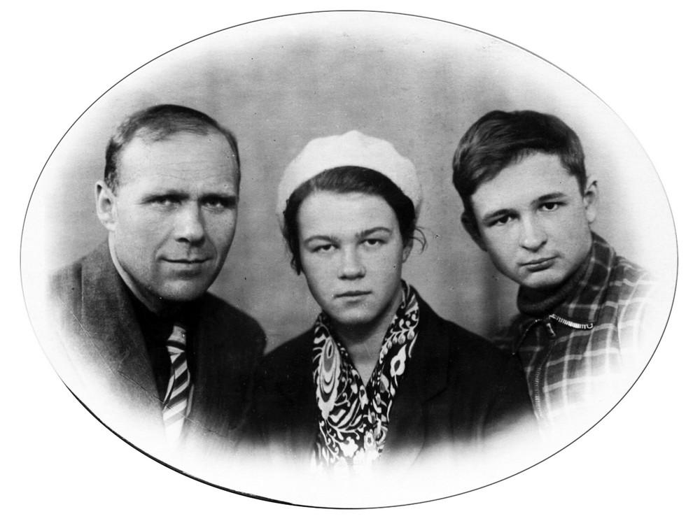 Гаўрыла Гарэцкі з пляменнікамі Галінай і Леанідам. Ленінград. 1940 г.