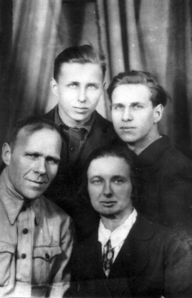 Гаўрыла і Ларыса Гарэцкія з сынам Усяславам (справа) і Радзімам. Пас. Чкалаўск Горкаўскай вобл. 23 сакавіка 1945 г.