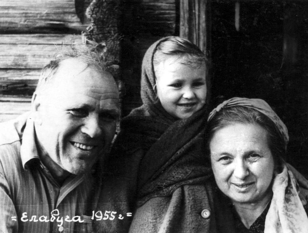 Гаўрыла і Ларыса Гарэцкія з унучкай Алёнкай. г. Елабуга. 1955 г.