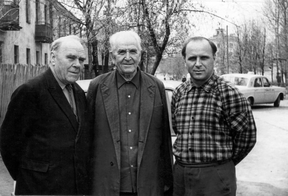 Гаўрыла Гарэцкі з братам Парфірам і сынам Радзімам. Магілёў. 3 мая 1974 г.